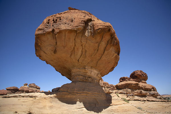 Foto van The small mushroom-shaped rock near Abu RakahAbu Rakah - Saoedi Arabië
