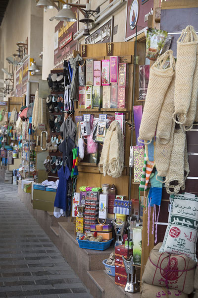 Foto di Shops in Qaisariah souq selling all kinds of items - Arabia Saudita - Asia