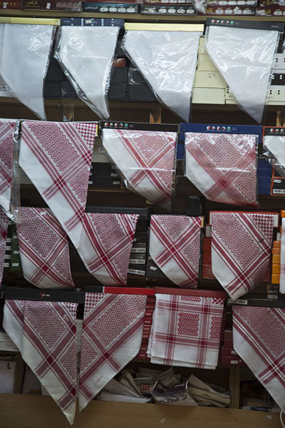 Photo de Shop selling keffiyeh in Qaisariah souqAl Hofuf - Arabie Saoudite