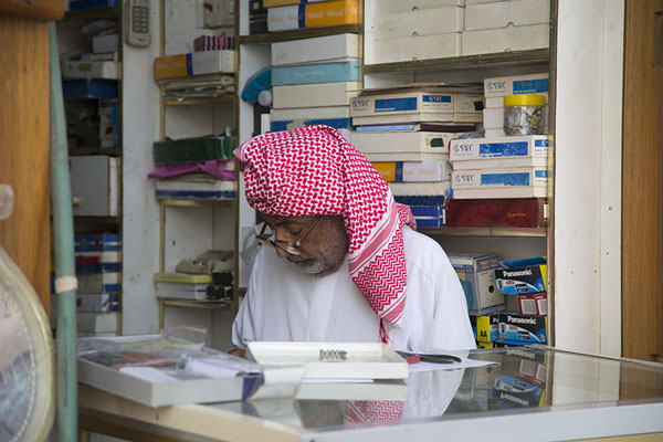 Saudi man with traditional keffiyeh in stationary shop in Qaisariah souq | Qaisariah souq | Saoedi Arabië