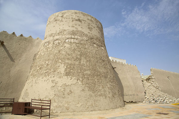 Foto van Tower and partly collapsed wall of Qasr IbrahimAl Hofuf - Saoedi Arabië