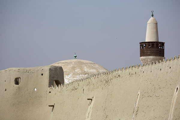 The minaret and dome of Quba mosque rising just above the wall of Qasr Ibrahim | Qasr Ibrahim | Arabie Saoudite