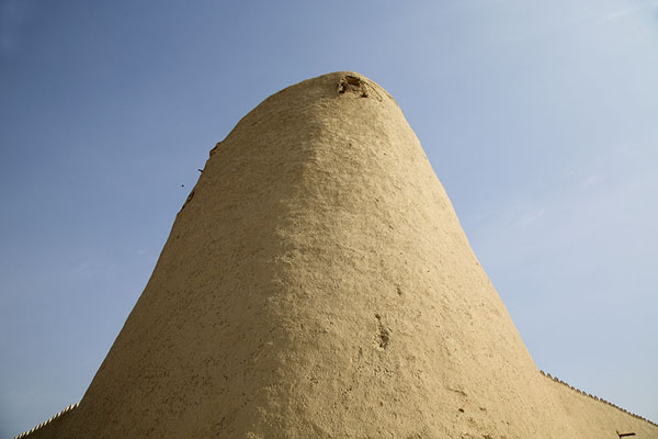 Looking up a corner tower of Qasr Ibrahim | Qasr Ibrahim | Arabie Saoudite