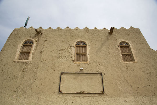 Looking up a building on the west wall of Qasr Ibrahim | Qasr Ibrahim | Arabie Saoudite