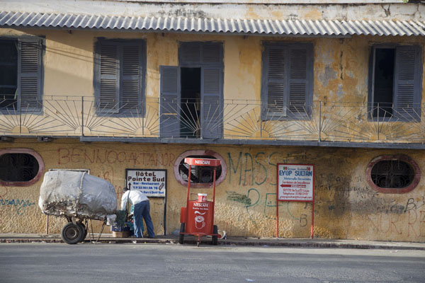 Foto van Man selling coffee in the street of Saint LouisSaint Louis - Senegal