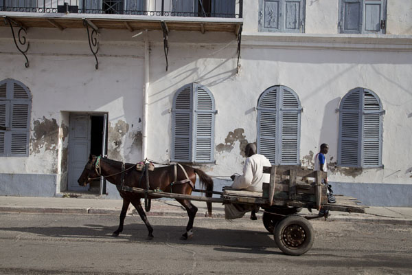 Foto van Horse-drawn carriage on one of the streets of Saint LouisSaint Louis - Senegal