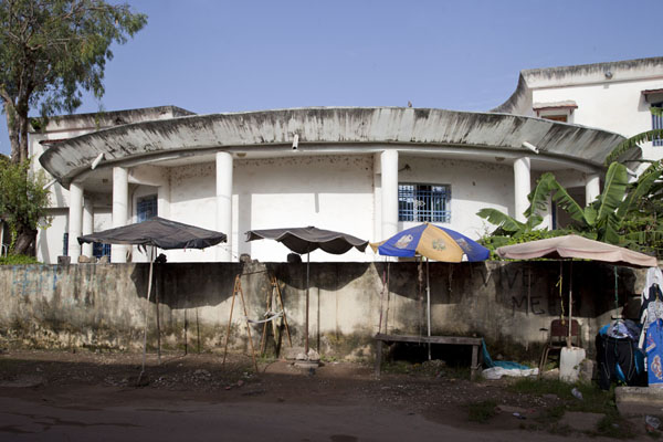Foto de Remarkable building in the centre of ZiguinchorZiguinchor - Senegal