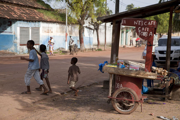 Foto di Senegal (Street scene with kids and coffee cart)