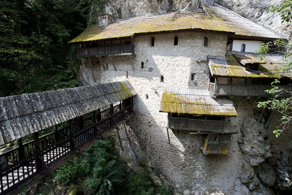 Photo de Wooden bridge leading to the church of Crna Reka, clinging to the cliffsCrna Reka - Serbie