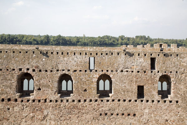 Picture of Smederevo Fortress (Serbia): Wall with double-arched windows with the Daube river in the background