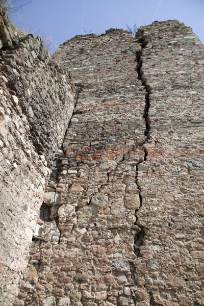 Picture of Smederevo Fortress (Serbia): Cracks in one of the towers of Smederevo fortress