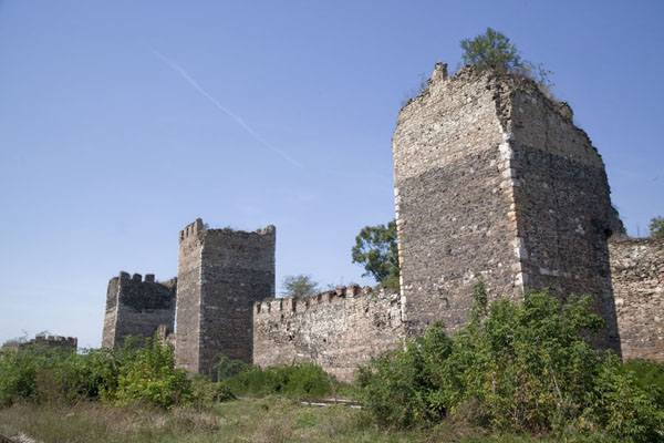Foto de Crumbling towers at the southern side of the fortress seen from the railroad tracksSmederevo - Serbia