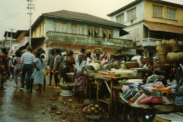 Foto di Typical market scene: chaos, smiles, marvellous fruit.Freetown - Sierra Leone