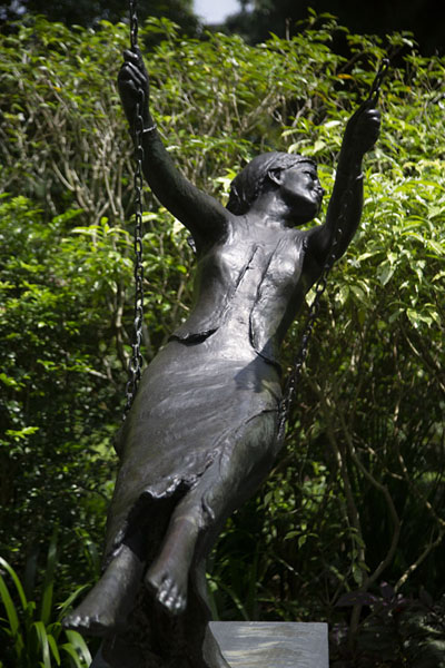 Girl on a swing, one of the sculptures in the botanic gardens | Singapore Botanic Gardens | 新加玻