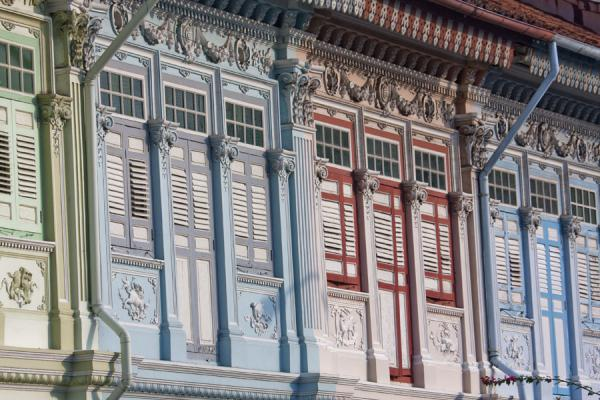 新加玻 (Brightly coloured Peranakan houses in the afternoon sun at Koon Seng Road)