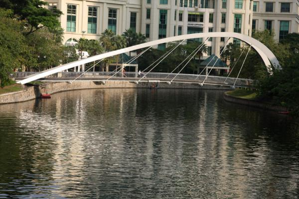 Jiak Kim bridge spanning Singapore River in the early morning | Singapore River | Singapore