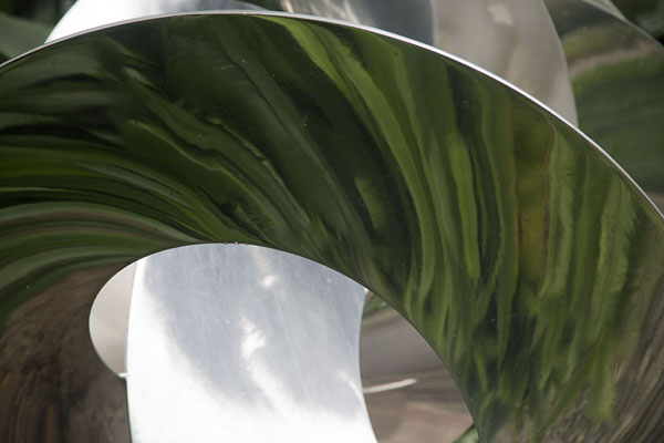 Reflection of trees and plants in a shiny sculpture in Hortpark | Southern ridges | 新加玻