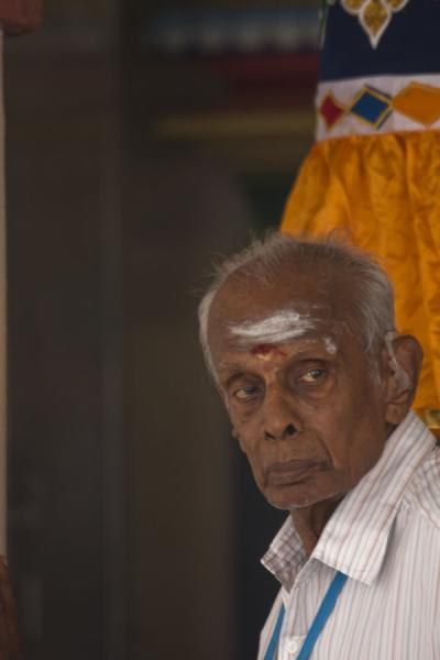 Foto di Old man with coloured face in Sri Mariamman templeTempio di Sri Mariamman - Singapore