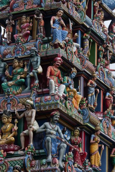 Close-up of the gopuram (tower) over the entrance | Templo de Sri Mariamman | Singapur