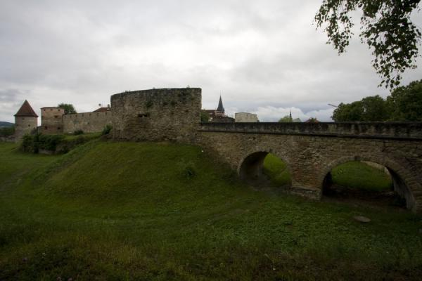Foto van Upper Gate and city walls of Bardejov on the northeastern side of the townBardejov Oude Stad - Slowakije