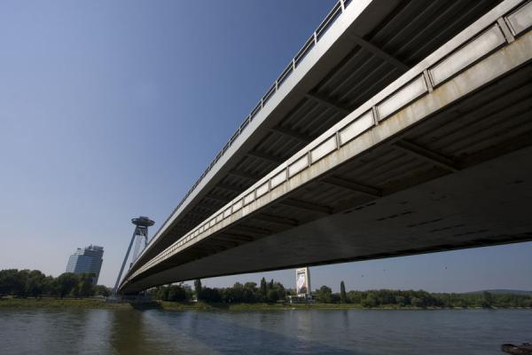 Photo de The New Bridge spans the Danube river, connecting the north and south part of BratislavaNouveau Pont de Bratislava - Slovaquie