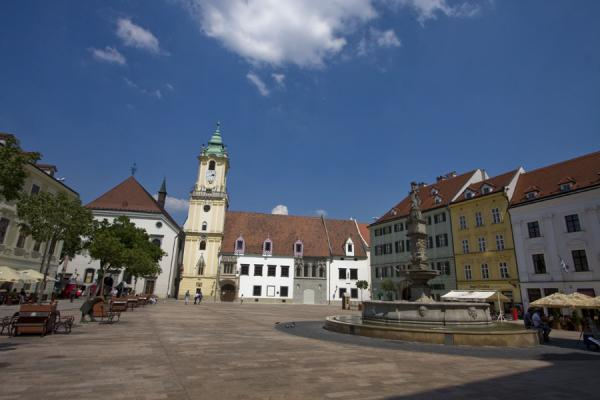 Foto de Eslovaquia (View of Hlavné Namestie, the main square of the old town of Bratislava, on a sunny day)