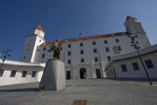 的照片 Bratislava Castle with sculpture in front - 斯洛伐克