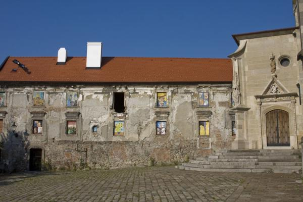 Foto di House with art in windows next to St. Martin's CathedralCitta vecchia di Bratislava - Slovacchia