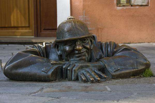 Foto di Sculpture of the Watcher coming out of the streetCitta vecchia di Bratislava - Slovacchia