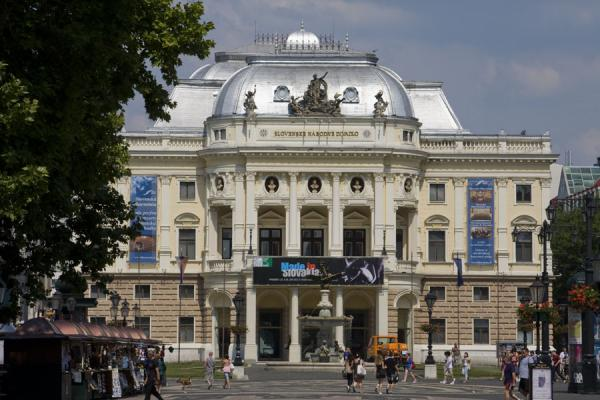 Foto di The Slovak National Theatre at the eastern end of Hviezdoslavovo NámestieCitta vecchia di Bratislava - Slovacchia