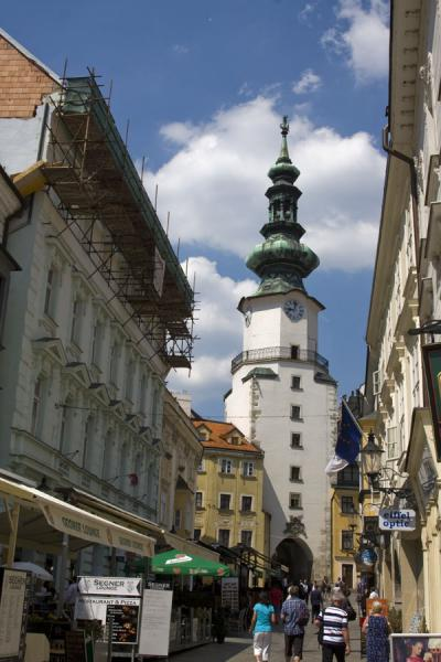Photo de Narrow street in Bratislava dominated by the Michael TowerVielle ville de Bratislava - Slovaquie