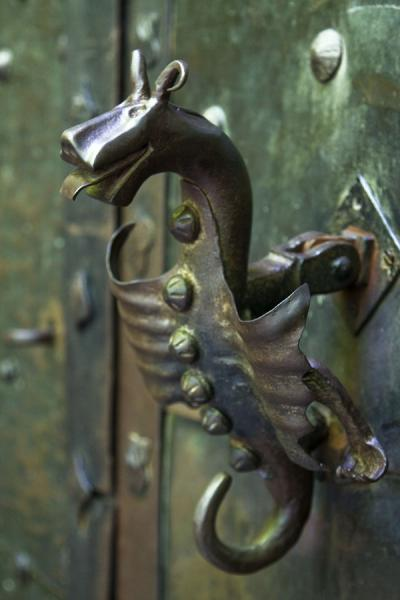 Photo de Animal-shaped door knocker on the entrance door of Orava castleChateau de Orava - Slovaquie