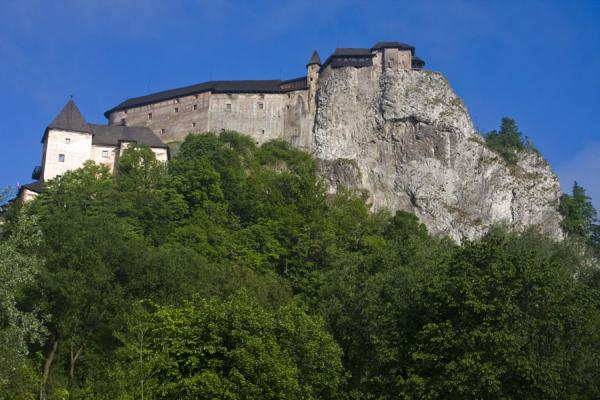 Photo de Orava castle seems to rise from the forest belowChateau de Orava - Slovaquie