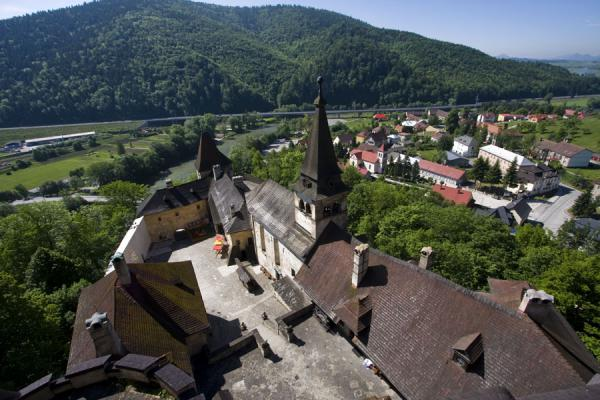 Foto di Lower buildings of Orava castle with the village in the backgroundCastello di Orava - Slovacchia
