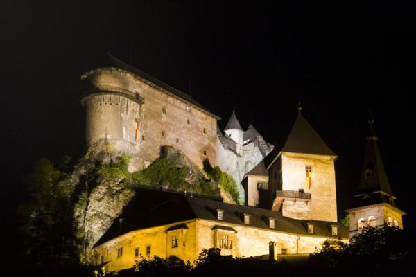 Foto di Looking up the well-lit castle at nightCastello di Orava - Slovacchia
