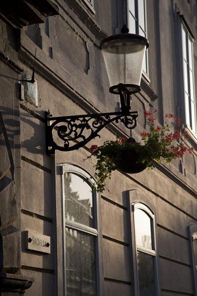 Foto di Early morning light on lantern and building in downtown LjubljanaLubiana - Slovenia