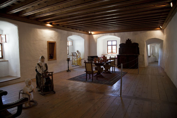 Picture of Predjama Castle (Slovenia): Large room reconstructed as it probably looked in the Middle Ages