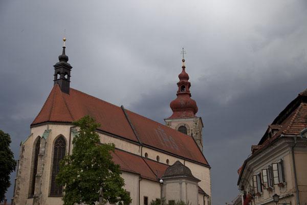 的照片 斯洛文尼亚 (Church of St George and the City Tower under a dark sky in Ptuj)
