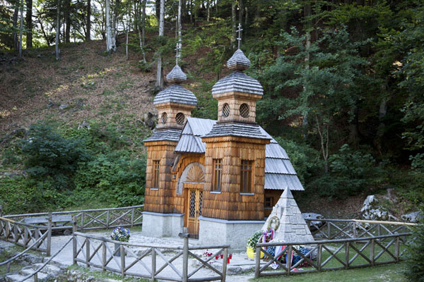 Foto di Russian Chapel in commemoration of the hundreds of Russian prisoners of war who died constructing the Vršič mountain pass roadVršič - Slovenia