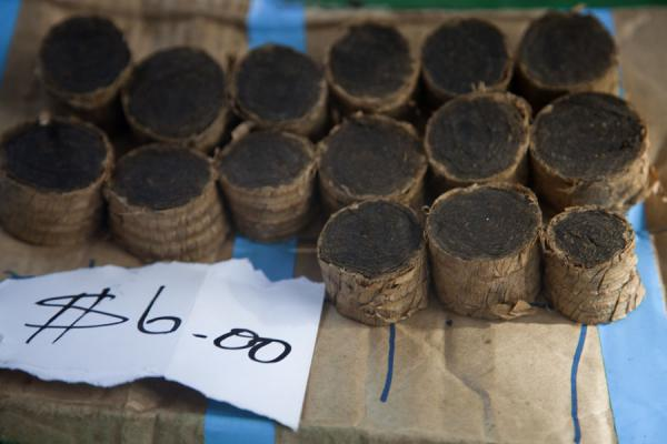 Tobacco for sale at the market of Gizo | Marché de Gizo | Iles Salomon