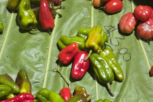 Peppers presented on a leaf | Gizo markt | Salomonseilanden
