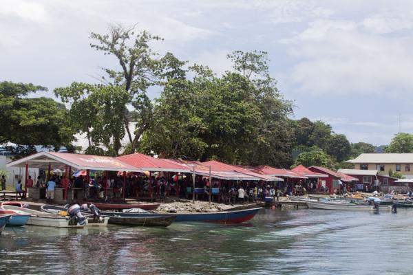 Small boats docked at the market of Gizo | Mercato di Gizo | Isole Salomone