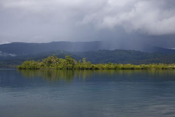Foto di Rain clouds coming in towards Langa Langa lagoon from the mountains of MalaitaTalakali - Isole Salomone