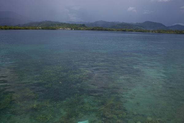 Foto de View over the turquoise waters of Langa Langa lagoon towards the interior of Malaita - Islas Salomón - Oceania