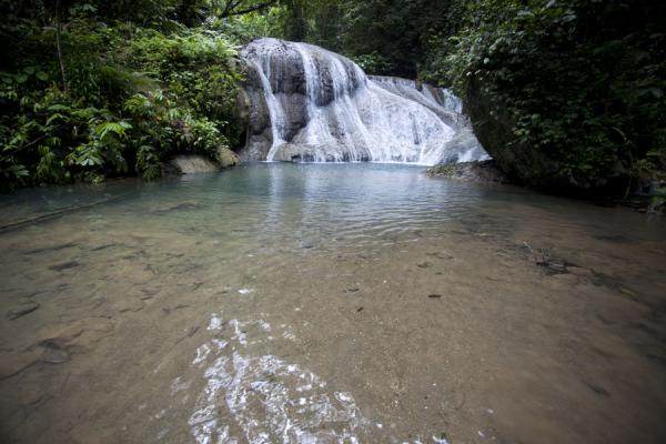 Foto de Mataniko falls coming down the rocks and forming one of many pools - Islas Salomón - Oceania