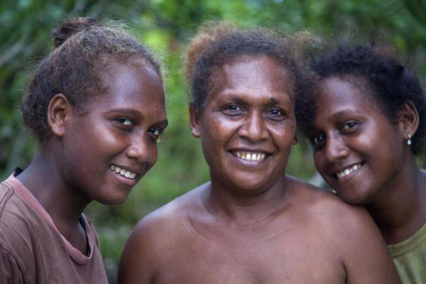 Picture of Solomon Island people (Solomon Islands): Light-coloured mother and daughters from Isabel island