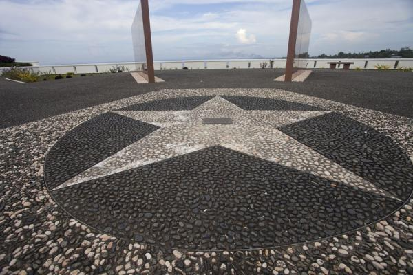 Foto van The big star in the middle of the memorial, with a plaque dedicated to the unknown soldierHoniara - Salomonseilanden