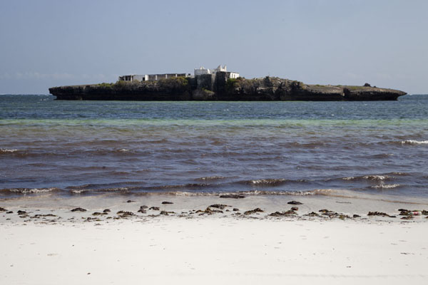 Foto van The rocky islet with old mosque seen from the beach of JazeeraJazeera - Somalië