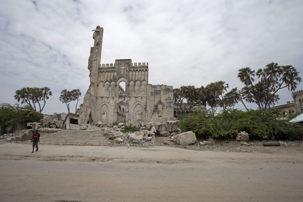 The ruins of the badly damaged cathedral of Mogadishu | Mogadishu kathedraal | Somalië