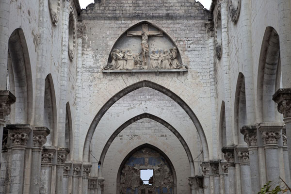 Looking up from the aisle towards the northern side of the cathedral, with Jezus on a cross | Mogadishu cathedral | 索马利亚